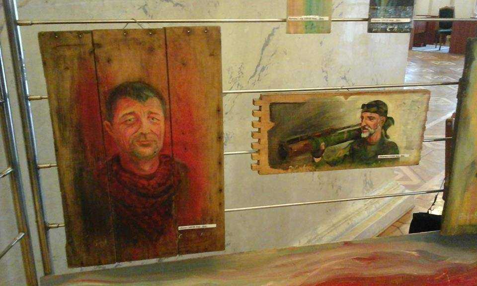 """Легендарний командир Айдару """"Бача"""" на картині (праворуч)"""