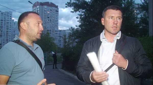 На фото зліва - активіст Михайло Бурда, справа рейдер, координатор «Стоп корупції» Богдан Хмельницький