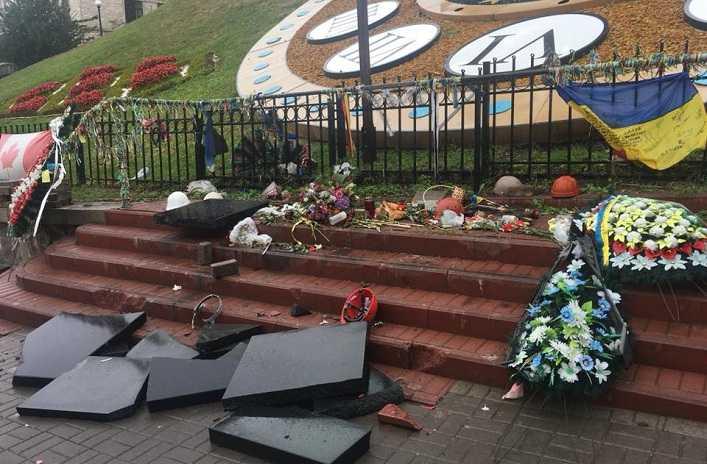 Вандал из Луганска разбил на Майдане три стеллы Героям Небесной Сотни