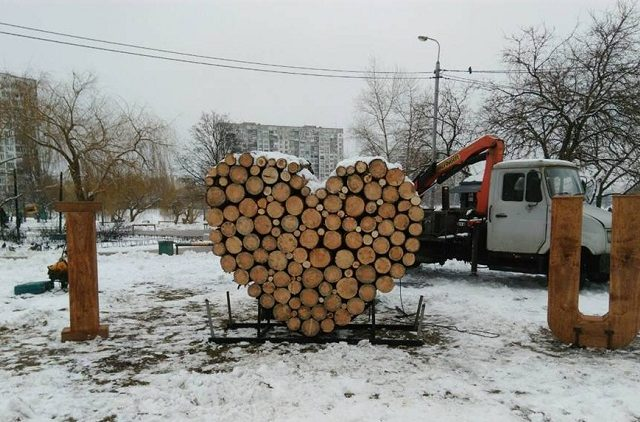 """В київському парку з'явился двометрова дерев'яна """"валентинка"""" (ФОТО)"""