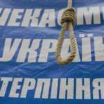 Під Оболонським судом із шибинецею та нетерпінням чекали на Януковича (ФОТО)