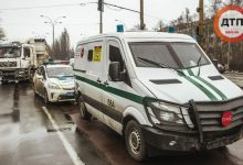 В Киеве грузовик протаранил автомобиль инкассаторской службы