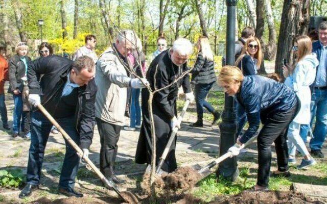 У Київському міському саду висаджено Алею Миру