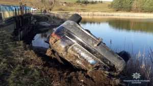 Автомобиль въехал в пруд. 3 человека погибли и 3 госпитализированы. Фото