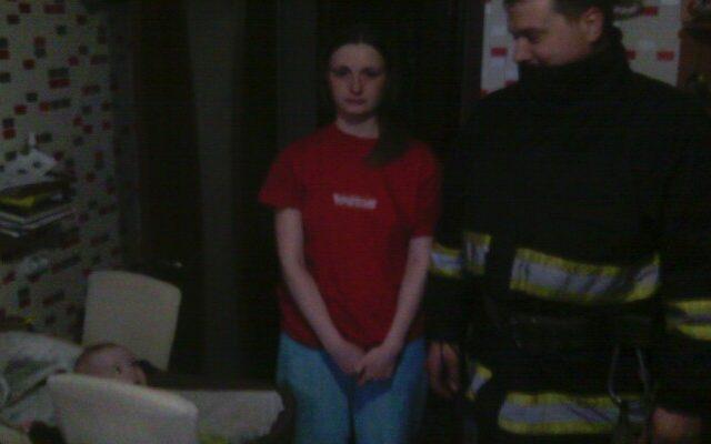 На Київщині рятувальники визволили із зачиненої квартири однорічну дитину
