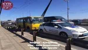 На Северном мосту маршрутка столкнулась с автомобилем патрульной полиции3