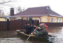 На Сумщині поліція на човнах рятує людей із затоплених осель. Відео