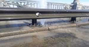 На мосту Патона бьет фонтан воды (2)