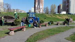 Работники Киевгорстроя вышли на субботнюю уборку Деснянского района. Фото