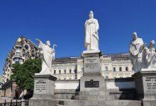 У Києві продовжують добру традицію мити пам'ятники відомим особистостям