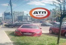 У Києві водій вирішив припаркуватися на газоні. Фото