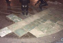 В Киеве на Подоле молодая пара пыталась украсть бронзовую плитку. Фото