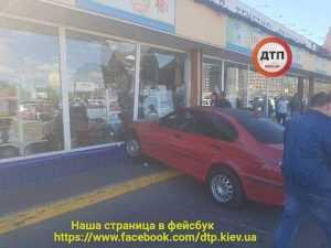 В Киеве женщина на BMW влетела в витрину гипермаркета Эпицентр. Фото