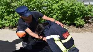 В Николаевской области сотрудник патрульной полиции вытащил из реки молодую девушку. Фото