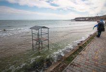 В Одессе морские волны смывают пляжи