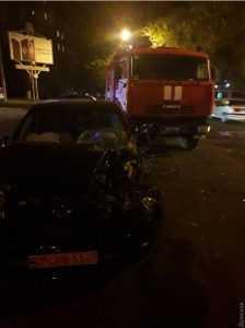 В Одессе пожарная машина столкнулась с электромобилем. Фото