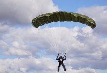 В Ивано-Франковской области парашютист во время приземления запутался в опоре ЛЭП