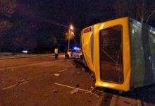 Во Львове от удара автомобиля перевернулась маршрутка. Фото