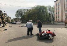 Во Львовской области водитель мотоцикла Honda не справился с управлением и въехал в толпу людей. Видео