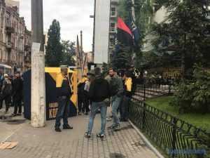 Активисты заблокировали здание телеканала Интер. Фото, видео