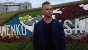 Біля метро Лівобережна створили квіткове панно на честь олімпійського чемпіона
