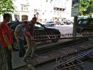 На вулиці Володимирській демонували літній майданчик знаменитого ресторану. Фото