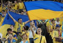 Перед финалом Кубка Украины по футболу неизвестный бросил в полицейского пиротехническое изделие. Видео