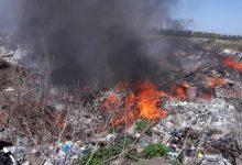 Спасатели двое суток тушили пожар на стихийной свалке. Фото