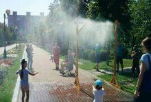 У парках Києва встановлюють водяні розпилювачі. Відео