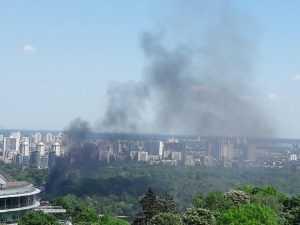 В Гидропарке горит здание спортзала. Фото