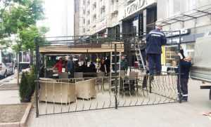 В Киеве продолжают демонтаж киосков, летних площадок и гаражей. Фото