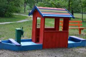 В Пуще-Водице установили детскую площадку и лесную мебель. Фото