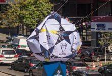 Возле Бессарабской площади сдулся мяч, установленный к финалу Лиги чемпионов. Фото