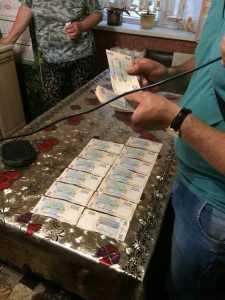 Запорожские чиновники пойманы на взятке в 100 тысяч грн