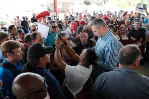 Американцы стояли в длинных очередях из-за автографа Виталия Кличко. Видео
