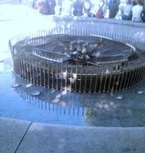 На Контрактовій площі хулігани знову зіпсували фонтан