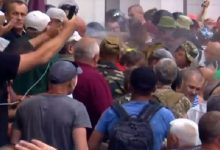 На улице Грушевского митингующие прорвали кордон полиции, был распылен слезоточивый газ
