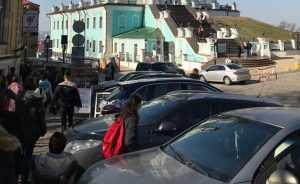 Пішохідна зона Набережного шосе перетворилась на парковку