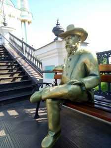 Под Андреевскую церковь принесли пластиковую скульптуру основателя виски Джека Дэниела