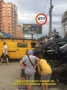 Под Киевом во время ДТП BMW разорвало пополам