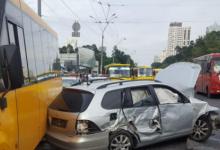 Сегодня возле метро Житомирская Volkswagen разбил три маршрутки