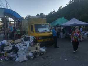 Стихійна торгівля перетворила Нивки на величезний смітник. Фото