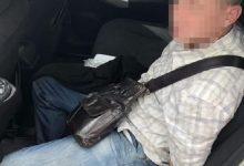 У Києві на зупинці чоловік зірвав із шиї жінки ланцюжок і намагався втекти