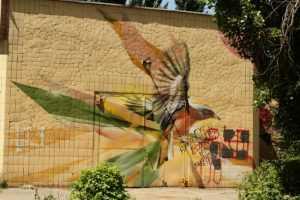 Улицу Туполева украсили позитивные муралалы и гигантские карандаши