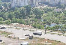 В Дарницком районе неизвестные сбросили в озеро песок и строительный мусор