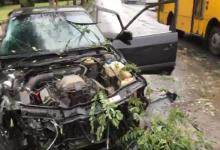 В Киеве автомобиль на высокой скорости врезался в дерево