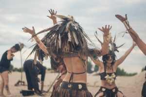 В Киеве на Позняках амазонки станцевали ритуальный танец с огнем