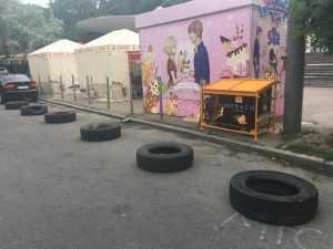 В Киеве возле ботсада коммунальщики демонтировали незаконные киоски