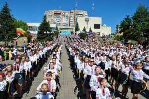 В Обухове 1012 детей в вышиванках станцевали под песню Тины Кароль