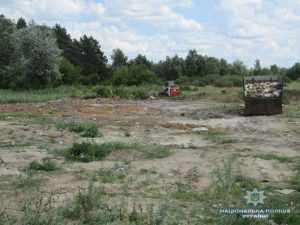 На Броварщине работники предприятия пытались закопать в траншею отходы животного происхождения
